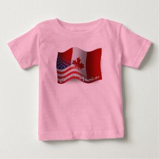Bandera que agita Canadiense-Americana Playera De Bebé