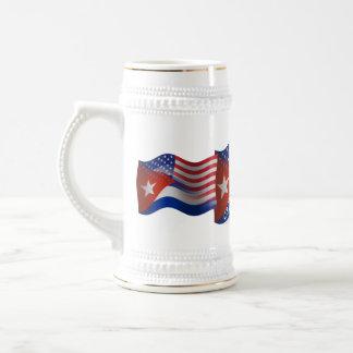Bandera que agita Cubano-Americana Jarra De Cerveza