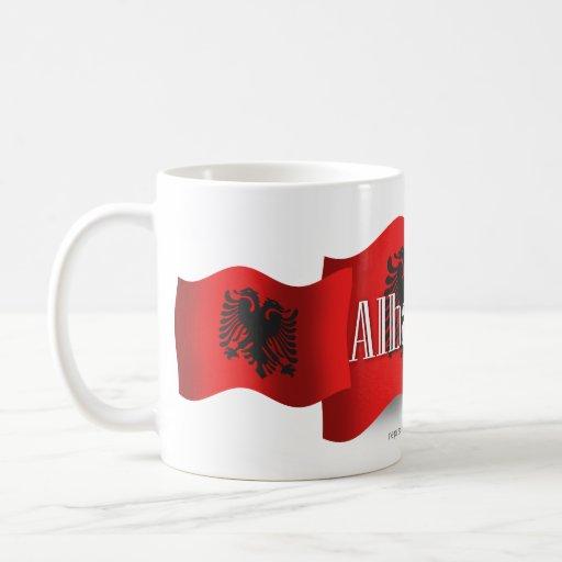 Bandera que agita de Albania Tazas
