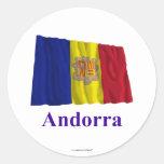 Bandera que agita de Andorra con nombre Pegatinas Redondas