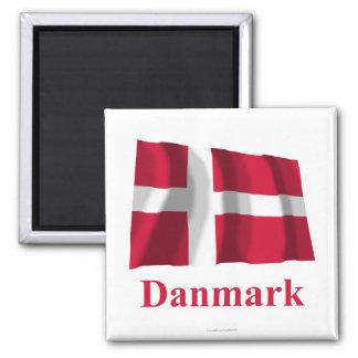 Bandera que agita de Dinamarca con nombre en danés Imán Cuadrado