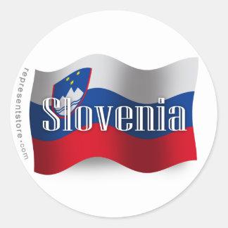 Bandera que agita de Eslovenia Pegatina Redonda