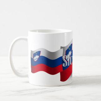 Bandera que agita de Eslovenia Taza Clásica
