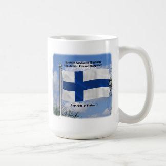 Bandera que agita de Finlandia Taza Clásica