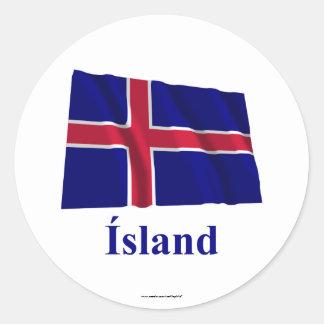 Bandera que agita de Islandia con nombre en Pegatina Redonda