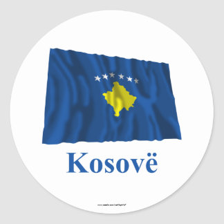 Bandera que agita de Kosovo con nombre en albanés Pegatina Redonda