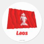 Bandera que agita de Laos con el nombre Etiquetas Redondas