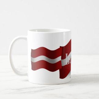Bandera que agita de Letonia Tazas De Café