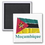 Bandera que agita de Mozambique con nombre en port Imanes