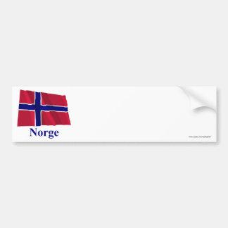 Bandera que agita de Noruega con nombre en noruego Pegatina De Parachoque