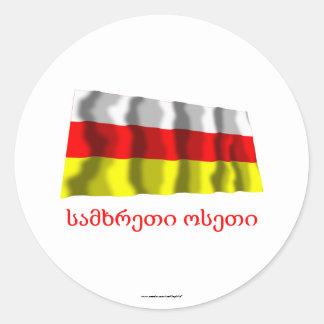 Bandera que agita de Osetia del Sur con nombre en Pegatina Redonda