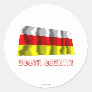 Bandera que agita de Osetia del Sur con nombre Pegatina Redonda