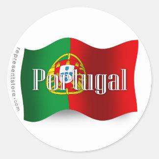 Bandera que agita de Portugal Etiqueta Redonda
