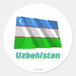 Bandera que agita de Uzbekistán con nombre Pegatina Redonda