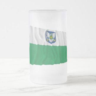 Bandera que agita de Viljandi Jarra De Cerveza Esmerilada