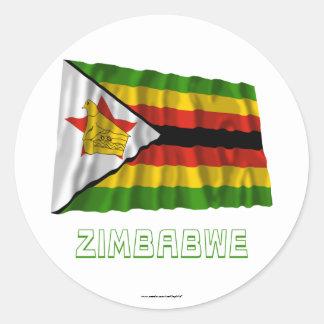 Bandera que agita de Zimbabwe con nombre Pegatina Redonda