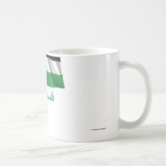Bandera que agita del movimiento palestino con taza de café