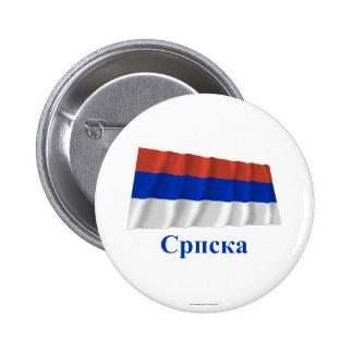 Bandera que agita del República Serbia con nombre  Pin Redondo 5 Cm