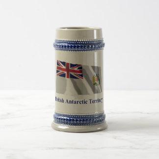 Bandera que agita del territorio antártico jarra de cerveza