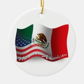 Bandera que agita mexicana-americano adorno navideño redondo de cerámica