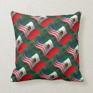 Bandera que agita mexicana-americano almohada