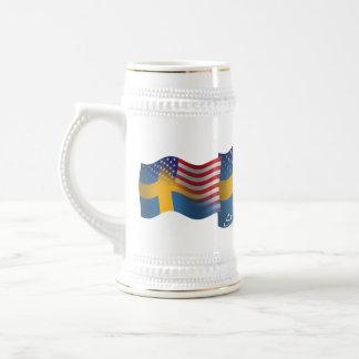 Bandera que agita Sueco-Americana Jarra De Cerveza