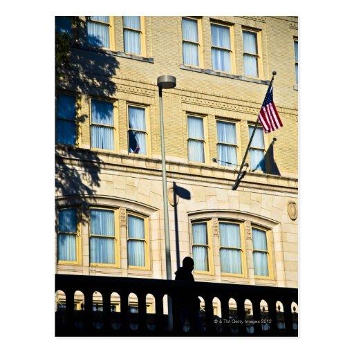 Bandera que cuelga de un edificio, San Antonio, Tarjeta Postal