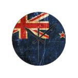 Bandera rasguñada y llevada de Nueva Zelanda del v Reloj De Pared