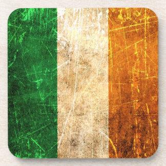 Bandera rasguñada y llevada del irlandés del vinta posavasos de bebidas