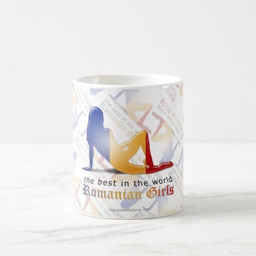 Bandera rumana de la silueta del chica tazas de café