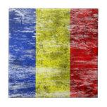 Bandera rumana rascada y llevada tejas