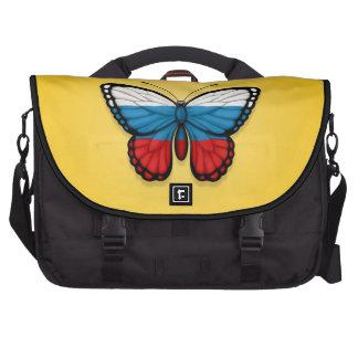 Bandera rusa de la mariposa en amarillo bolsas para portátil