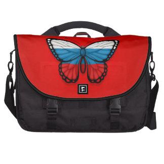 Bandera rusa de la mariposa en rojo bolsas para portátil