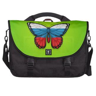 Bandera rusa de la mariposa en verde bolsa de ordenador