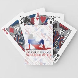 Bandera rusa de la silueta del chica barajas de cartas