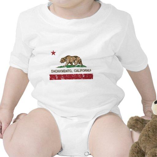 bandera Sacramento de California apenada Camisetas