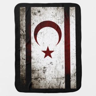 Bandera septentrional de Chipre del Grunge negro Mantita Para Bebé