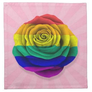 Bandera subió del orgullo gay del arco iris en ros servilleta imprimida