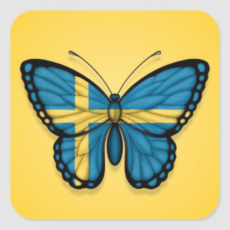 Bandera sueca de la mariposa en amarillo pegatina cuadrada