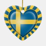 Bandera sueca del corazón con la explosión de la e ornamento de navidad