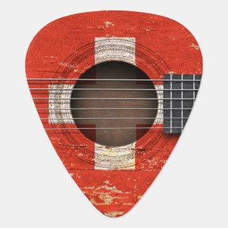 Bandera suiza en la guitarra acústica vieja uñeta de guitarra