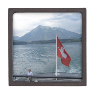 Bandera suiza en la sección posterior de un barco caja de joyas de calidad