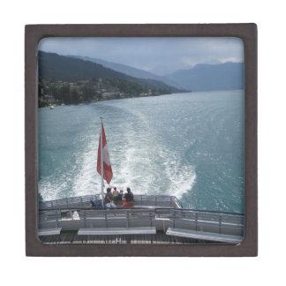 Bandera suiza en un barco de cruceros en el lago caja de regalo de calidad