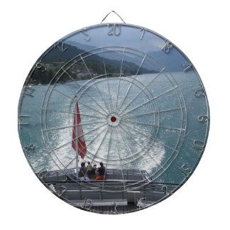 Bandera suiza en un barco de cruceros en el lago tablero de dardos
