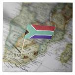 Bandera surafricana en mapa azulejo cuadrado grande