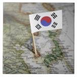Bandera surcoreana en mapa azulejo cuadrado grande
