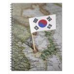 Bandera surcoreana en mapa libro de apuntes con espiral