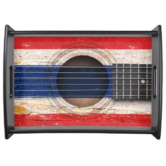 Bandera tailandesa en la guitarra acústica vieja bandejas