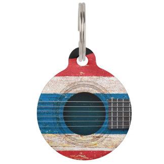 Bandera tailandesa en la guitarra acústica vieja identificador para mascotas