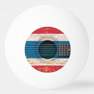Bandera tailandesa en la guitarra acústica vieja pelota de tenis de mesa